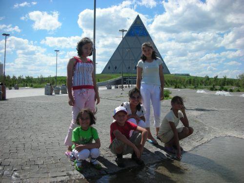 Девочки на фоне Пирамиды согласия