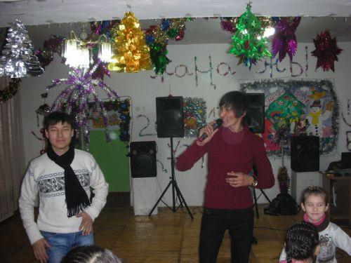 Молодежь исполняет песни