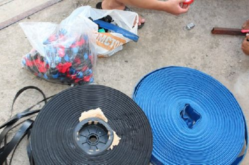 Основной рукав(синий), капельный шланг(черный), фитинги и мини краны(в пакетах)