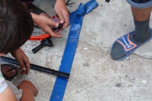 Отверстия для фитингов пробивают специальными ножницами
