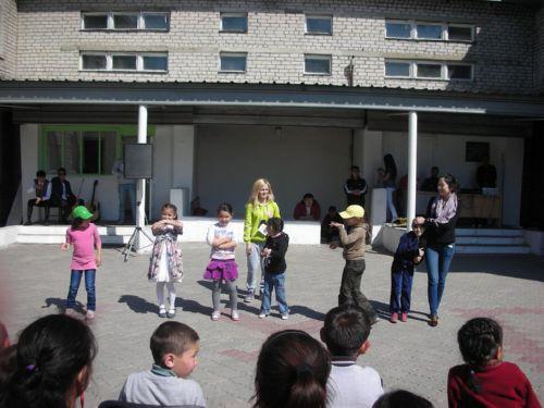 Студенты учат детей групповым танцам