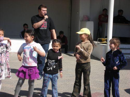 Дети танцуют под музыку