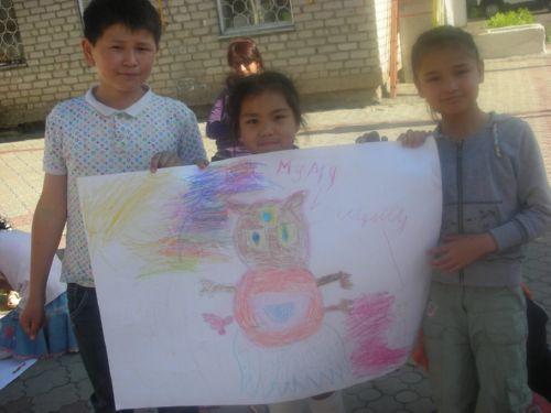 Дети с нарисованным плакатом